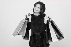 Dzieciak dziewczyny chwyta wi?zki torby na zakupy lub urodzinowych prezent?w pakunki Urodzinowy zakupy poj?cie Dziecko ?liczna ma zdjęcia royalty free