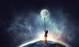 Dzieciak dziewczyny chwytająca księżyc Obrazy Royalty Free