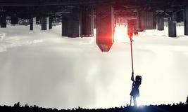 Dzieciak dziewczyny chwytająca księżyc Zdjęcia Stock