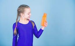 Dzieciak dziewczyny gimnastyczki sport?w leotard chwyta ?liczna butelka dla napoju Wodna r?wnowaga i ci??ki gym szkolenie Pije wi obraz royalty free