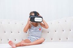 Dzieciak dziewczyny watchin vr Zdjęcie Stock