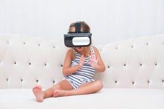 Dzieciak dziewczyny watchin vr Obraz Stock