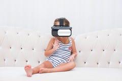Dzieciak dziewczyny watchin vr Obrazy Stock