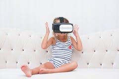 Dzieciak dziewczyny watchin vr Obraz Royalty Free
