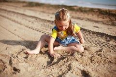 dzieciak grał na plaży Fotografia Stock
