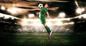 Dzieciak - gracz piłki nożnej Chłopiec naprzód w futbolowym sportswear na stadium z piłką pojęcie odizolowywający sporta biel fotografia royalty free