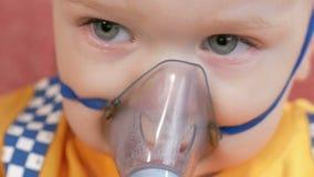 Dzieciak himself trzyma maskę od inhalatoru i oddycha medycynę w domu Taktuje rozognienie drogi oddechowe przez zbiory wideo