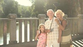 Dzieciak i dziadkowie bierze selfie zdjęcie wideo