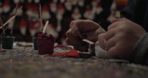Dzieciak i kobieta robi Święty Mikołaj craftwork zbiory wideo