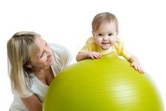 Dzieciak i matka z sprawności fizycznej piłką Fotografia Royalty Free