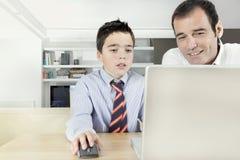 Dzieciak i tata na laptopie Obrazy Stock