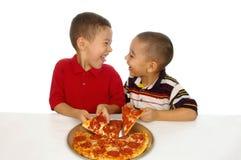 dzieciak jeść pizzy Obrazy Royalty Free