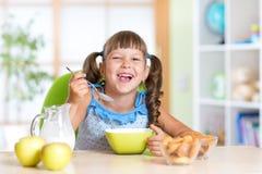 Dzieciak je zdrowego jedzenie w domu Zdjęcia Royalty Free