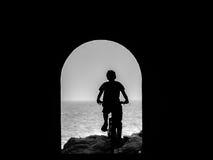 Dzieciak jedzie rower w tunelu Zdjęcia Royalty Free