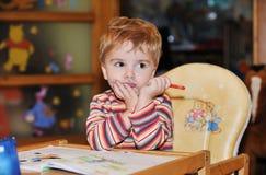 Dzieciak kolorystyka maluje zamyślenie Zdjęcie Stock
