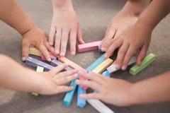 Dzieciak kreda i ręki, outdoors, zbliżenie obraz stock