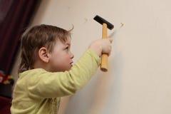 Dzieciak młotkuje klingeryt kotwicę fotografia royalty free