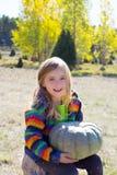 Dzieciak mała dziewczynka hoding Halloween bani w plenerowym Zdjęcia Stock