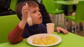 Dzieciak ma gościa restauracji w karmowego sądu kawiarni zbiory
