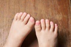 Dzieciak maluje małych toenails Obrazy Stock