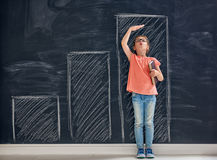 Dzieciak mierzy przyrosta obrazy stock