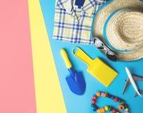 Dzieciak mody pla?y akcesoria flatlay dla wakacje tematu zdjęcia stock
