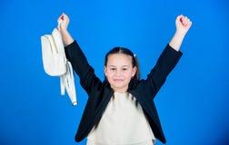 Dzieciak mody trendu pojęcie Uczennica formalny styl odziewa z małym ślicznym plecakiem No zapomina twój plecaka learn fotografia stock