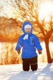 Dzieciak na tle zima krajobraz w zmierzchu backlight Ch Fotografia Stock