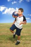 dzieciak na zewnątrz gra piłką Zdjęcie Royalty Free