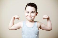 Dzieciak napina bicepsy Fotografia Royalty Free