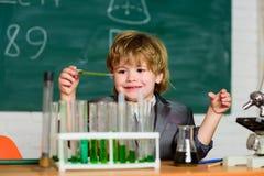 Dzieciak nauki chemia Biotechnologia i apteka Genialny ucze? jest edukacja starego odizolowane poj?cia Wunderkind doświadczalnict zdjęcie royalty free
