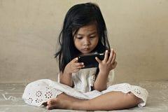 Dzieciak ogląda mądrze telefon zdjęcie stock