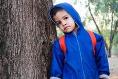 Dzieciak opiera na drzewie - zbliżenie obraz stock
