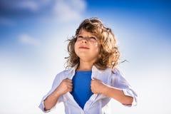 Dzieciak otwiera jego koszula lubi bohatera zdjęcie royalty free