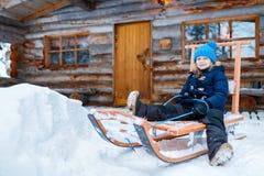 Dzieciak outdoors na zimie Zdjęcia Royalty Free
