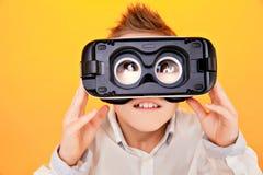 Dzieciak patrzeje kamerę przez VR szkieł obraz royalty free