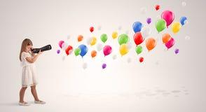 Dzieciak patrzeje przez spyglass lotniczy balony zdjęcie stock