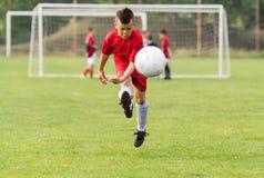 Dzieciak piłki nożnej futbol - dziecko gracze dopasowywają na boisko do piłki nożnej Fotografia Stock