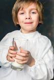 Dzieciak pije szkło mleko zdjęcia royalty free