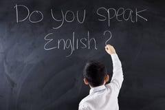 Dzieciak pisze tekscie Ty Mówi angielszczyzny Fotografia Royalty Free
