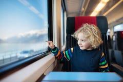 Dzieciak podróż pociągiem Kolejowa wycieczka z dzieckiem obraz royalty free