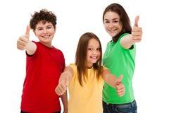 Dzieciaki pokazuje OK znaka odizolowywającego na białym tle Obrazy Royalty Free