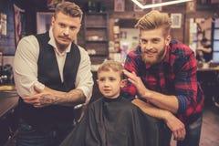 Dzieciak przy fryzjera męskiego sklepem Fotografia Stock