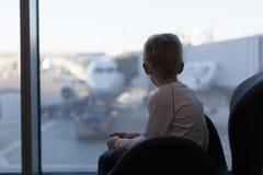 Dzieciak przy lotniskiem zdjęcia stock