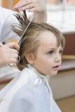 Dzieciak przy zakładem fryzjerskim Obraz Stock
