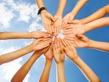 Dzieciak ręki w okręgu kształtują na nieba tle Fotografia Royalty Free