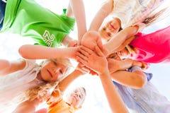 Dzieciak ręki wpólnie w okręgu kłaść jeden na inny zdjęcia stock