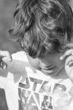 Dzieciak robi dziwacznym wyrazom twarzy Zdjęcia Royalty Free