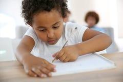 Dzieciak robi rysunkom Zdjęcia Royalty Free