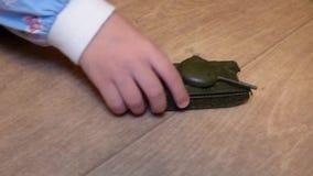 Dzieciak rolek metalu zabawki stary zbiornik zdjęcie wideo